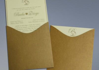 - Convites de casamento: Envelope com corte especial em papel Kraft natural 300g, sem impressão, Convite em papel Markatto Stile Avorio 250g, com impressão 1x0 cor, tamanho 19,8X19,8 cm.