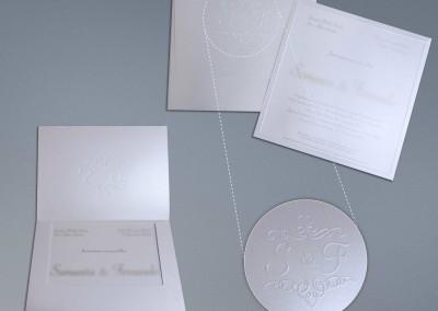 - Convites de casamento: Envelope com corte especial em papel Color Plus Aspen 250g, sem impressão, com brasão dos noivos em relevo seco, Convite em papel Color Plus Aspen 250g, com impressão 1x0 cor, tamanho 21X21 cm.